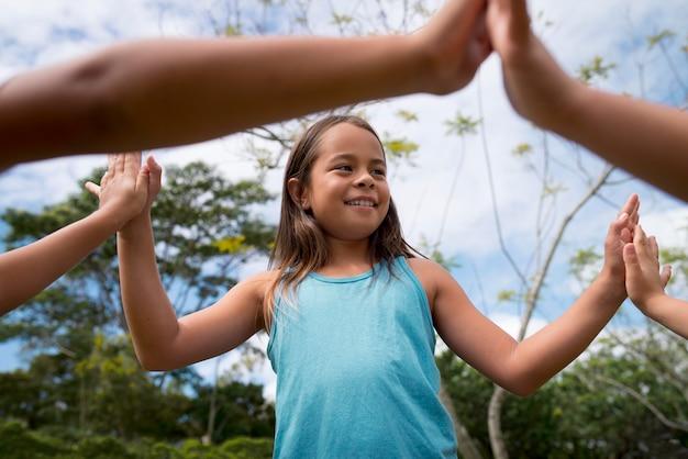 Kinder, die draußen an einer schatzsuche teilnehmen