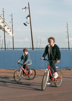 Kinder, die draußen fahrrad fahren