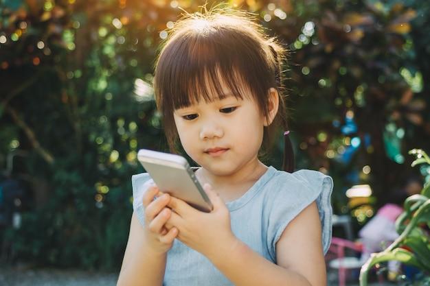 Kinder, die ein smartphone verwenden: einige untersuchungen besagen, dass unterhaltungsmedien (einschließlich tv) vermieden werden sollten