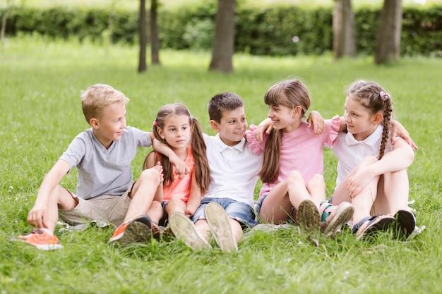 Kinder, die eine lustige zeit draußen haben