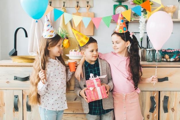 Kinder, die einen geburtstag feiern