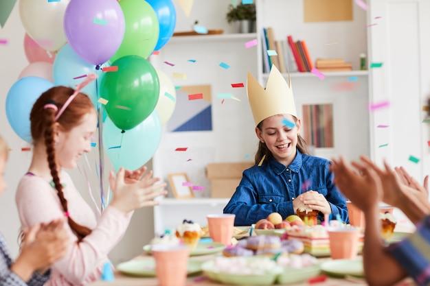 Kinder, die geburtstagsessen genießen