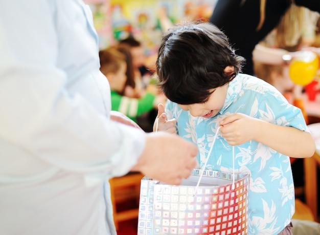 Kinder, die geburtstagsfeier im kindergartenspielplatz feiern