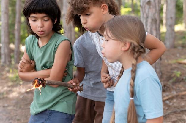 Kinder, die gemeinsam an einer schatzsuche teilnehmen
