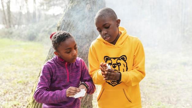 Kinder, die gemeinsam spaß im wald haben