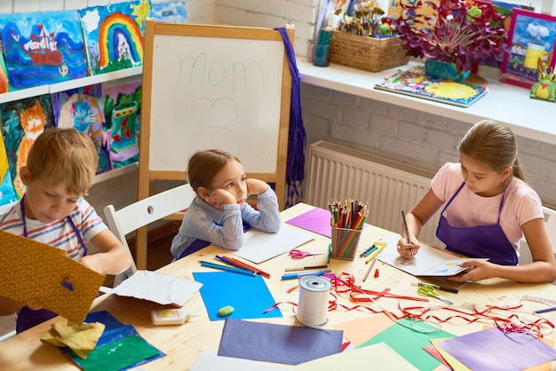 Kinder, die geschenkkarten am muttertag machen