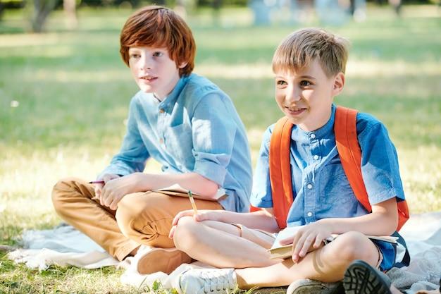 Kinder, die hände stapeln, während sie im freien im kreis stehen, konzept der freundschaft und einheit