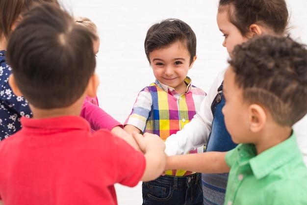 Kinder, die hand in der gruppe anhalten