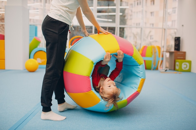Kinder, die im fitnessstudio im kindergarten- oder grundschulkinder-sport- und fitnesskonzept spielen