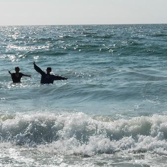 Kinder, die im meer, vina del mar, chile spielen