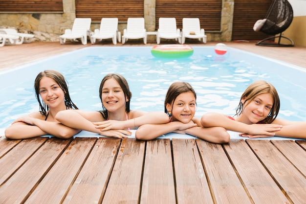 Kinder, die im swimmingpool glücklich sind