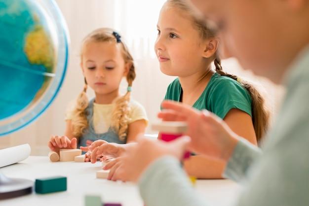 Kinder, die im unterricht aufpassen