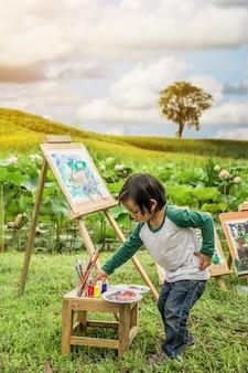 Kinder, die im vordergrund die natürliche färbung zeichnen.