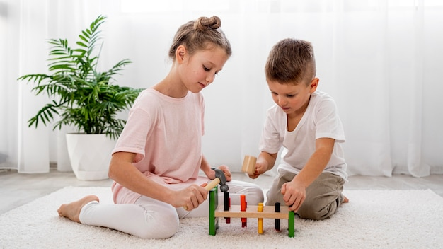 Kinder, die mit buntem spiel zusammen spielen