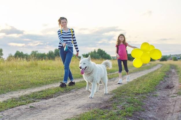 Kinder, die mit hund in der natur gehen