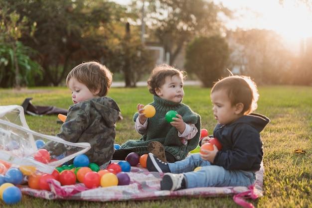 Kinder, die mit spielzeug im garten spielen