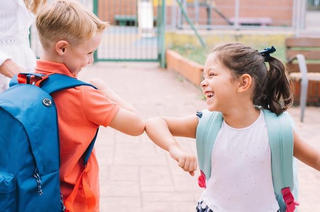 Kinder, die nach covid-19 und pandemie wieder zur schule gehen