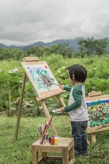 Kinder, die natürliche färbung im vordergrund zeichnen.