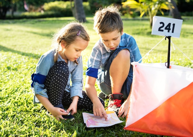 Kinder, die richtung auf einer karte finden