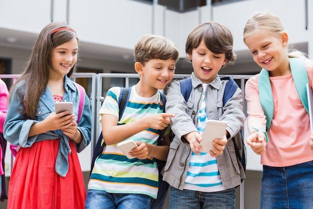 Kinder, die selfie mit handy nehmen