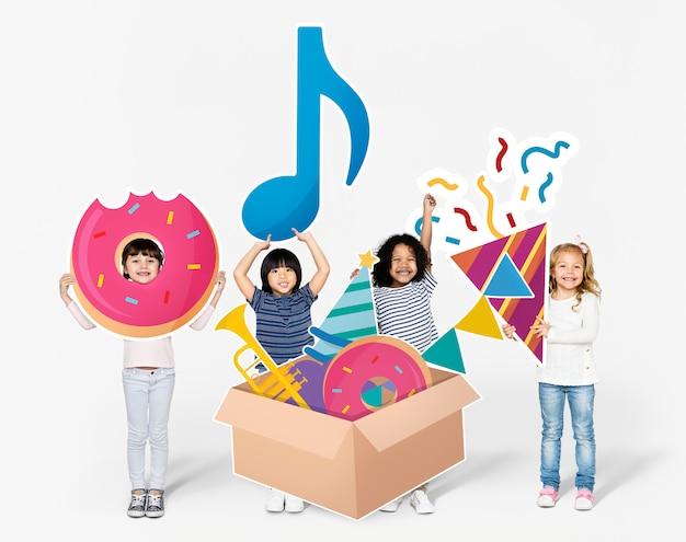 Kinder, die sich für eine geburtstagsfeier vorbereiten
