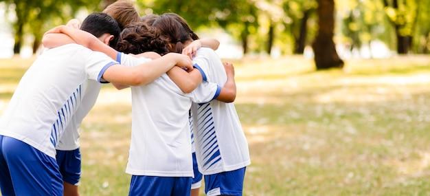 Kinder, die sich gegenseitig mit kopierraum ermutigen