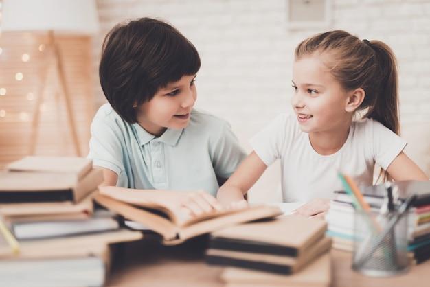 Kinder, die sich zusammen für klasse am schreibtisch vorbereiten