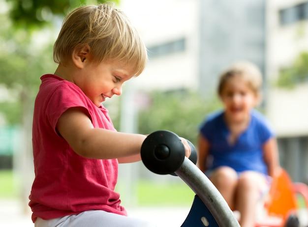 Kinder, die spaß am spielplatz haben