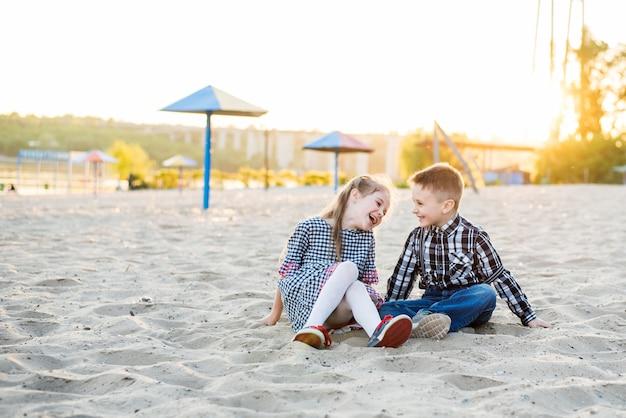 Kinder, die spaß am strand haben. junge und mädchen lough