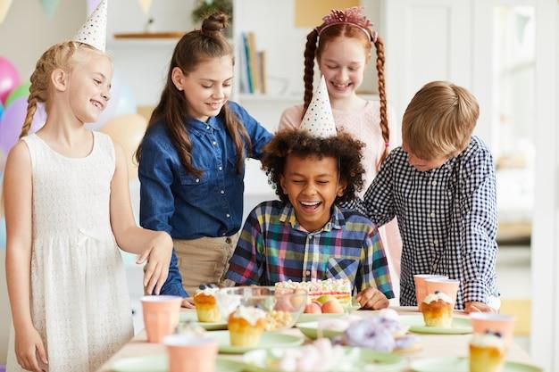 Kinder, die spaß an der geburtstagsfeier haben