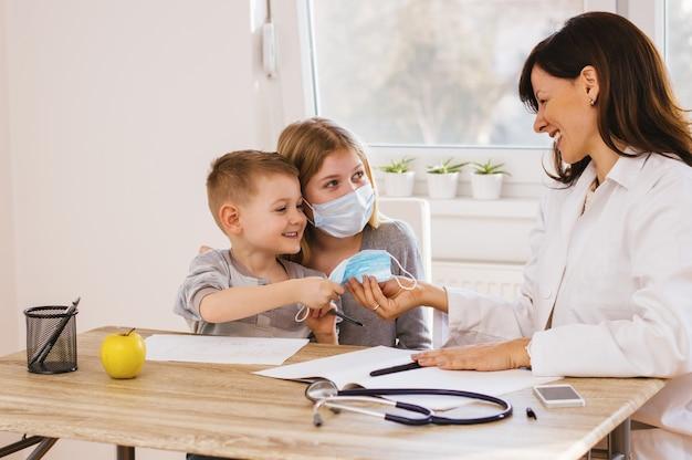 Kinder, die spaßzeiten am doktor haben