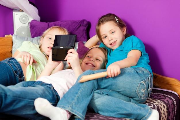 Kinder, die videospiele spielen