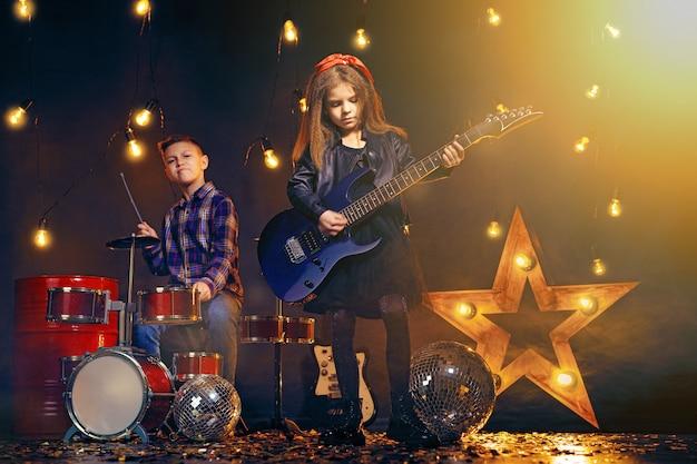 Kinder, die vorgeben, eine rockband zu sein