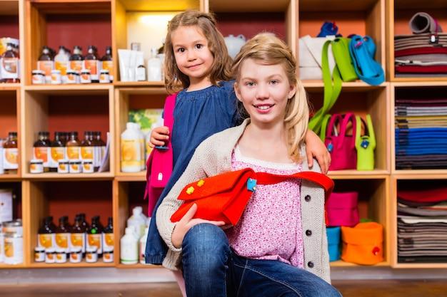 Kinder, die vorräte im handwerksladen kaufen