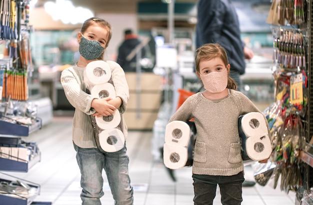 Kinder, die während der pandemie im supermarkt einkaufen.
