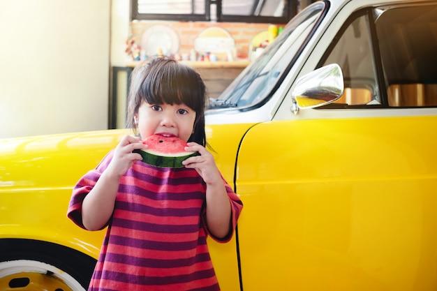 Kinder, die wassermelone im sommer essen.