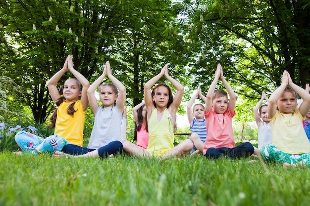 Kinder, die yoga praktizieren.