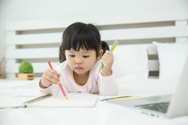 Kinder, die zu hause laptop verwenden
