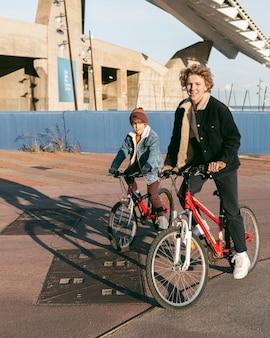 Kinder, die zusammen im freien fahrrad fahren