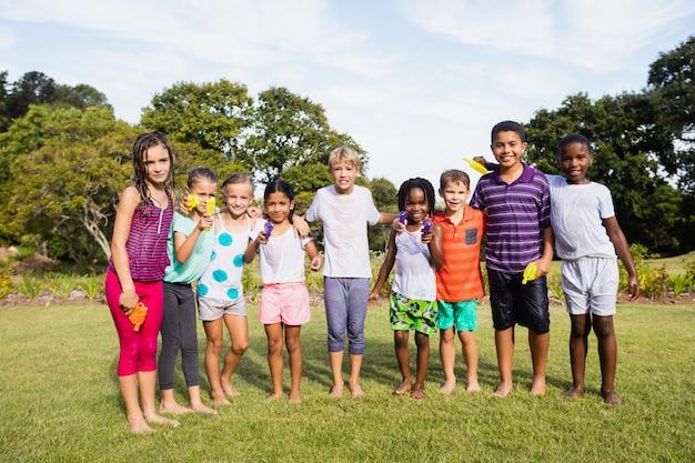 Kinder, die zusammen während eines sonnigen tages aufwerfen