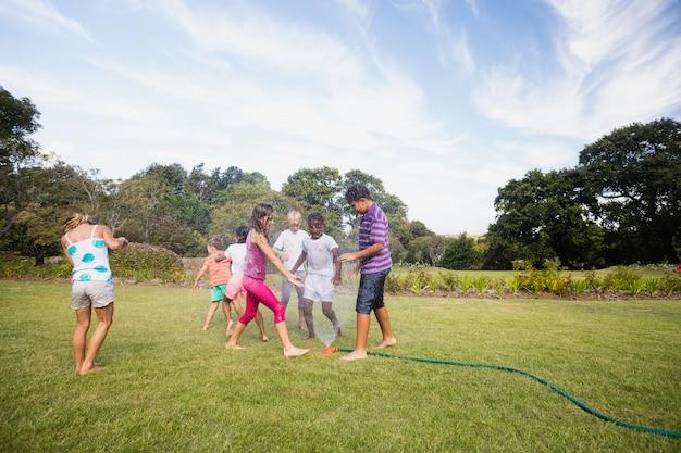 Kinder, die zusammen während eines sonnigen tages spielen