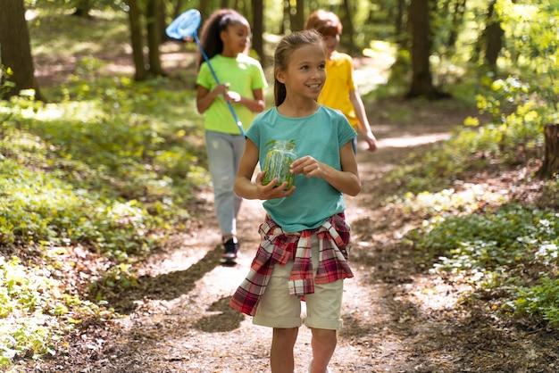 Kinder erkunden gemeinsam die natur
