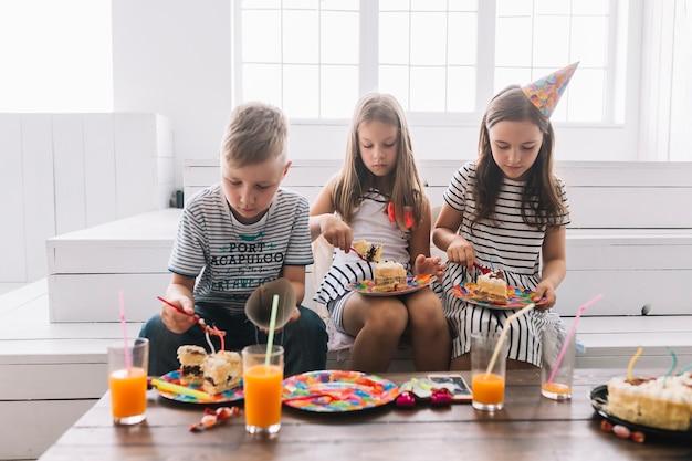 Kinder essen geburtstagskuchen