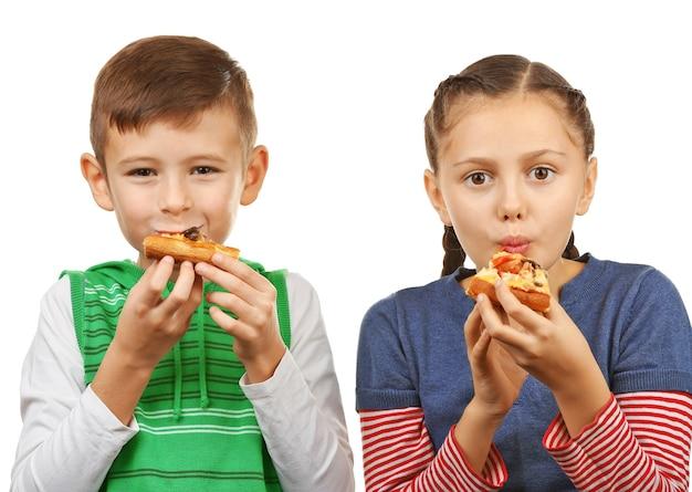 Kinder essen pizza isoliert auf weiß