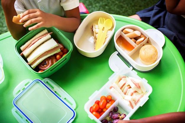 Kinder essen zu mittag in der grundschule