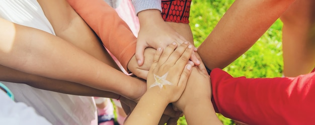 Kinder falteten die hände zusammen und spielten auf der straße. selektiver fokus.