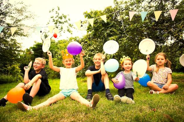 Kinder feiern auf einer geburtstagsfeier
