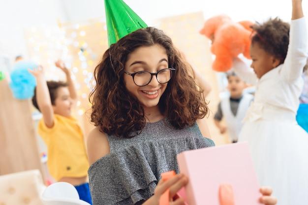 Kinder feiern geburtstagsfeier zu hause.