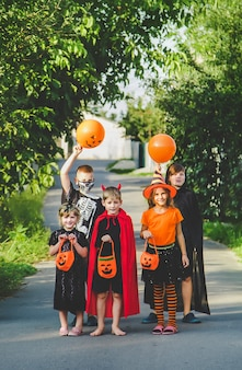 Kinder feiern halloween verkleidet in kostümen. selektiver fokus. kinder.