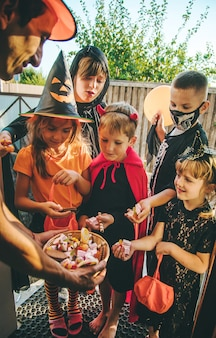 Kinder feiern halloween verkleidet in kostümen. selektiver fokus.